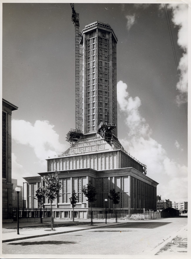 600 test Début de la construction de l'église Saint-Joseph, printemps 1956